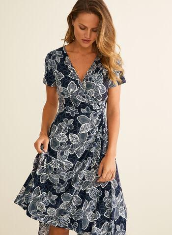 Robe cache-cœur à fleurs texturées, Bleu,  printemps été 2020, robe, cache-coeur, drapé, manches courtes, encolure en V, fleurs, fleuri, floral, motif, asymétrique, jersey