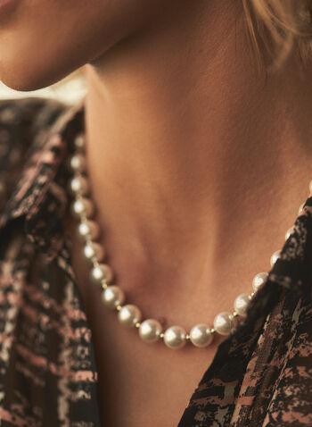 Collier court en perles, Blanc cassé,  accessoires, bijoux, collier, perles, blanches, dorées, fermeture à bascule, automne hiver 2021, chic, élégant