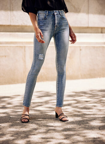 Jeans à déchirures et cristaux, Bleu,  jeans, pantalon, taille mi-haute, jambe étroite, bouton, glissière, ganses pour ceinture, poches, détails, déchirures, cristaux, denim extensible, effet délavé, printemps été 2021