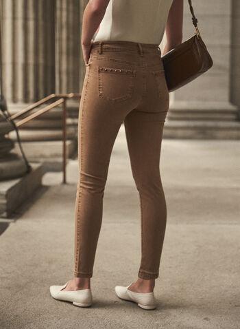 Jean à jambe étroite en denim doux, Beige,  pantalons, jeans, taille mi-haute, jambe étroite, poches, bouton, glissière, ganses pour ceinture, détails cloutés, denim extensible doux, automne hiver 2021