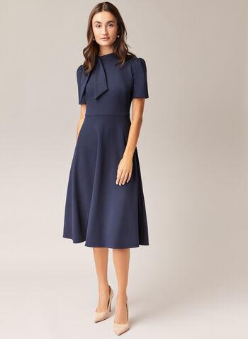 Maggy London - Robe à col cravate et manches courtes, Bleu,  robe de jour, col cravate, crêpe, ajustée évasée, manches courtes, automne hiver 2020