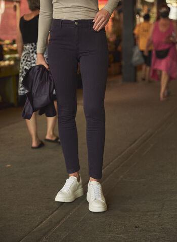 Jean à jambe étroite en denim doux, Violet,  pantalons, jeans, taille mi-haute, jambe étroite, poches, bouton, glissière, ganses pour ceinture, détails cloutés, denim extensible doux, automne hiver 2021